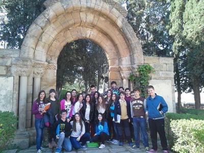 Alumnos de 2º ESO en los restos de la portada románica de la antigua Iglesia de San Pedro.
